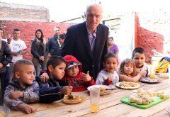 04-05-16 Grindetti visitó a los vecinos del comedor La Rosi
